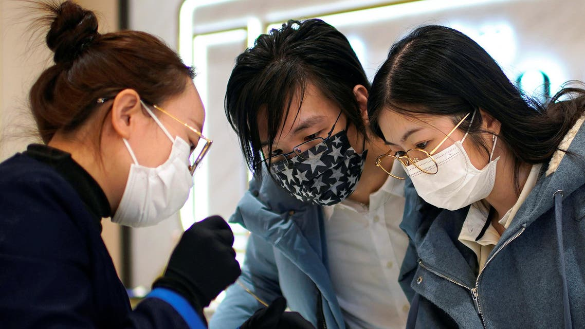 A couple shop for a necklace wearing facemasks in Shanghai, China, as the coronavirus continues to spread throughout the country. (File photo: Reuters)