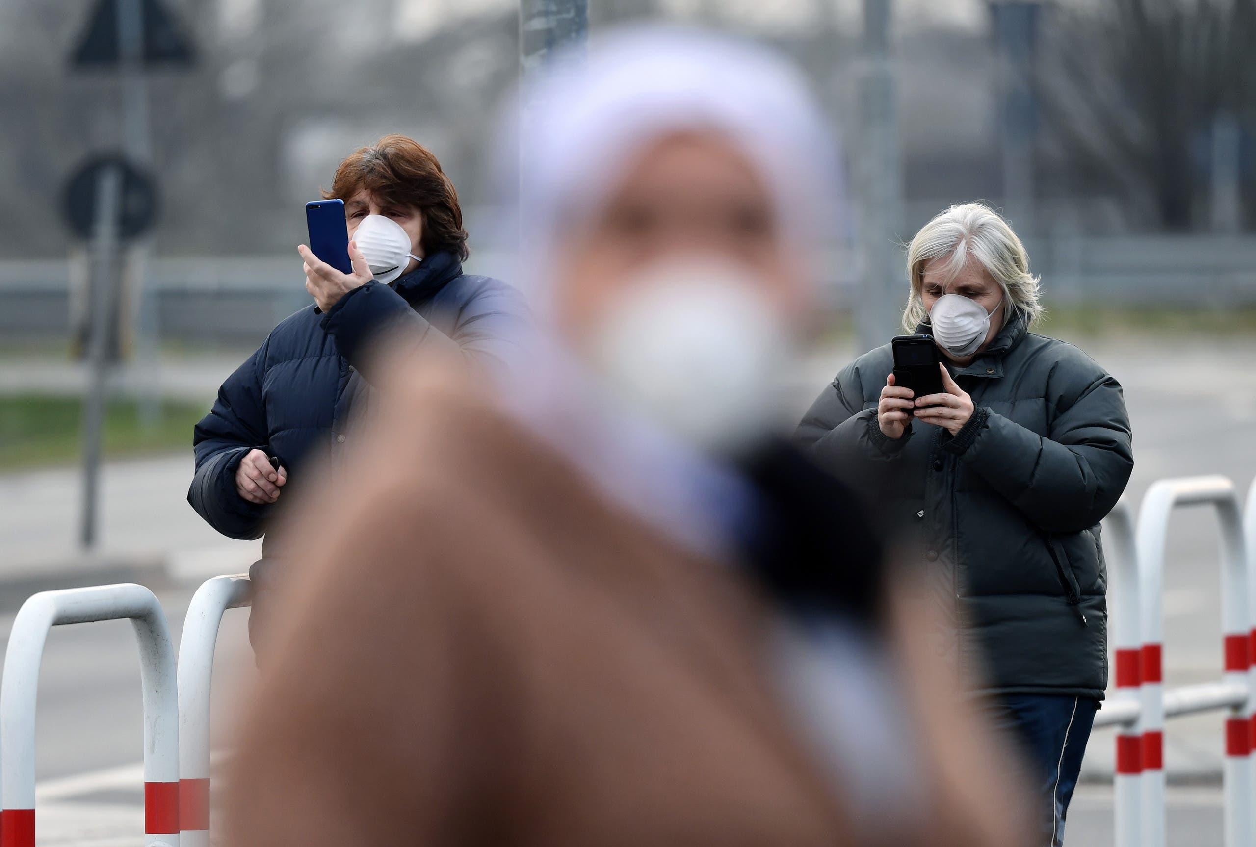 نساء في إيطاليا تضعن كمامات للوقاية من فيروس كورونا