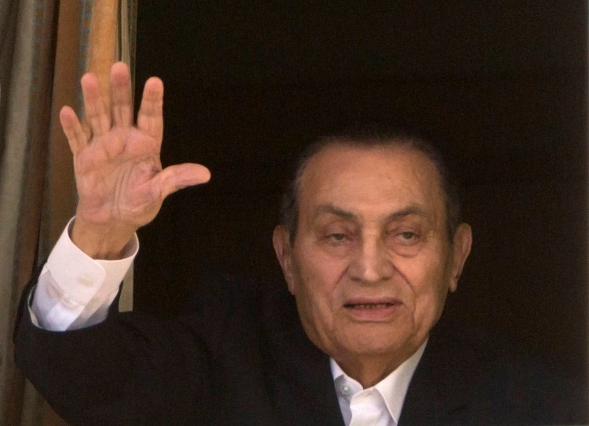 Former President Hosni Mubarak waves to his supporters from his room at the Maadi Military Hospital. (File photo: AP)
