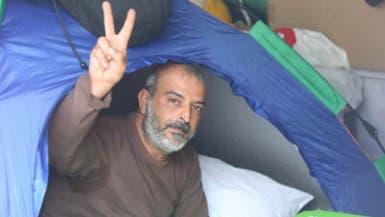 """حارس الحراك.. ناشط لبناني يتمسك بخيمته """"حماية للثورة"""""""