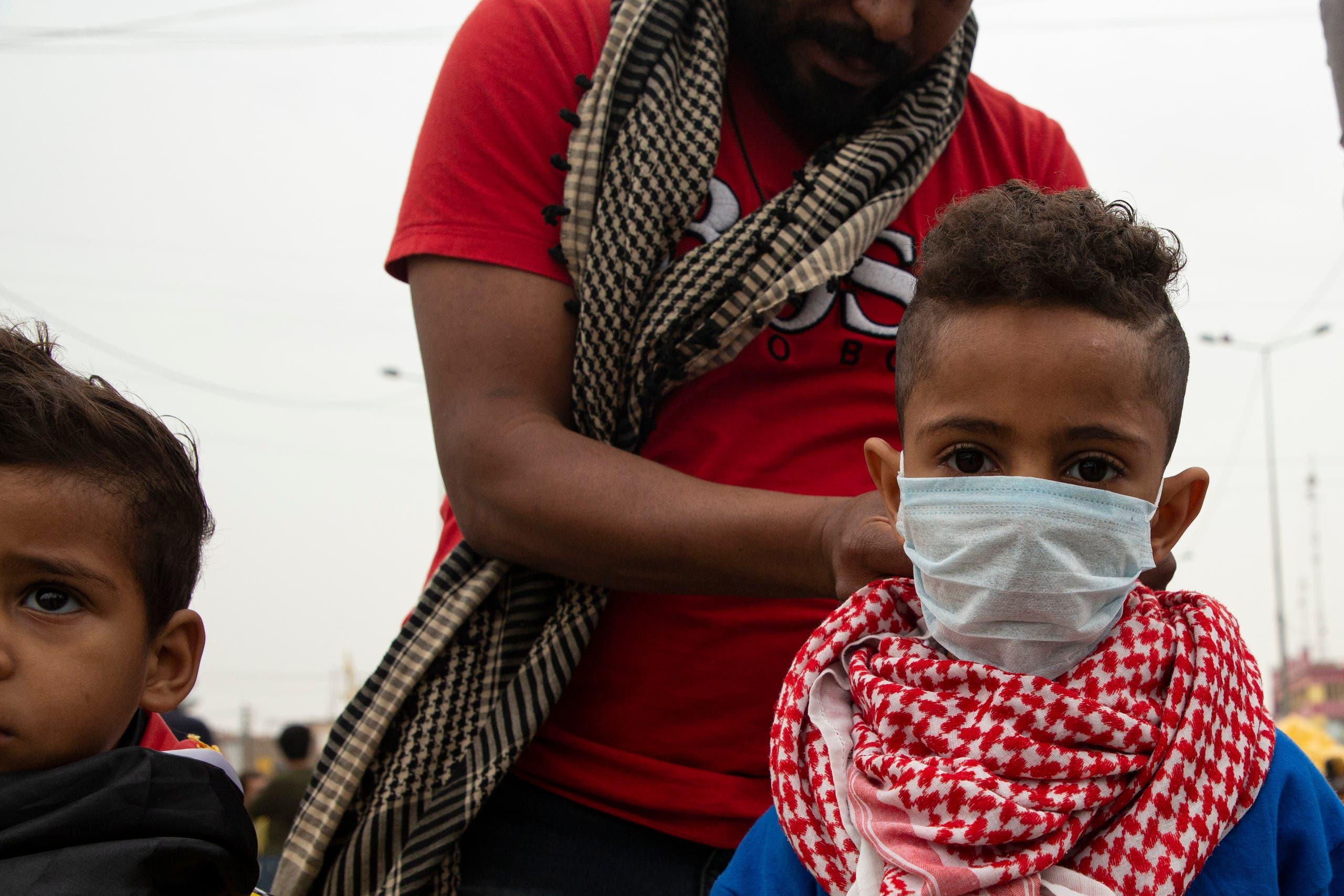 طفل يضع كمامة في بغداد (فرانس برس)
