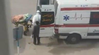 فيديو يثير استياء بإيران.. رافق مصابا بكورونا دون كمامة