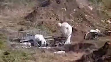 فيديو.. دفن ضحية لكورونا بحفرة قرب المنازل في إيران