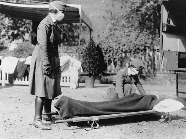 صورة لعملية نقل جثة أحد الذين فارقوا الحياة بسبب الأنفلونزا الإسبانية