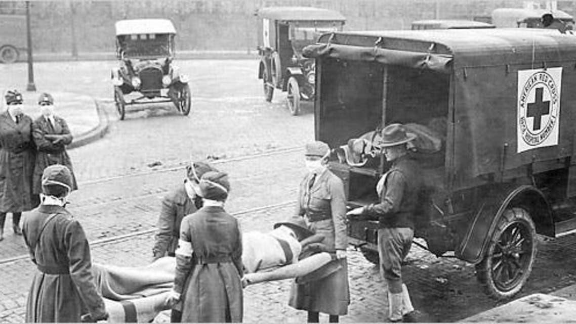 صورة لعملية نقل عدد من ضحايا الأنفلونزا الإسبانية بأميركا