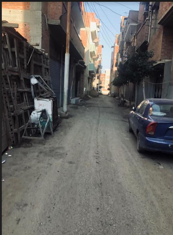 الشارع الذي كان يمر منه الرئيس الاسبق في طريقه لمدرسته بالقرية