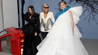 بالصور.. أجمل شقيقتين وأمهما يجتمعن على ممشى عرض باريسي