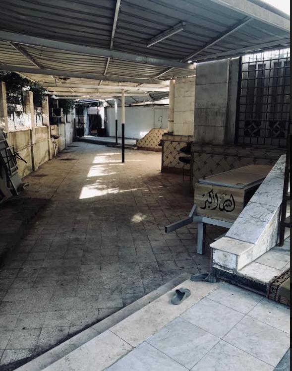مدخل مسجد الباشا الذي كان يواظب الرئيس الاسبق على الصلاة فيه ويقع بجوار منزله