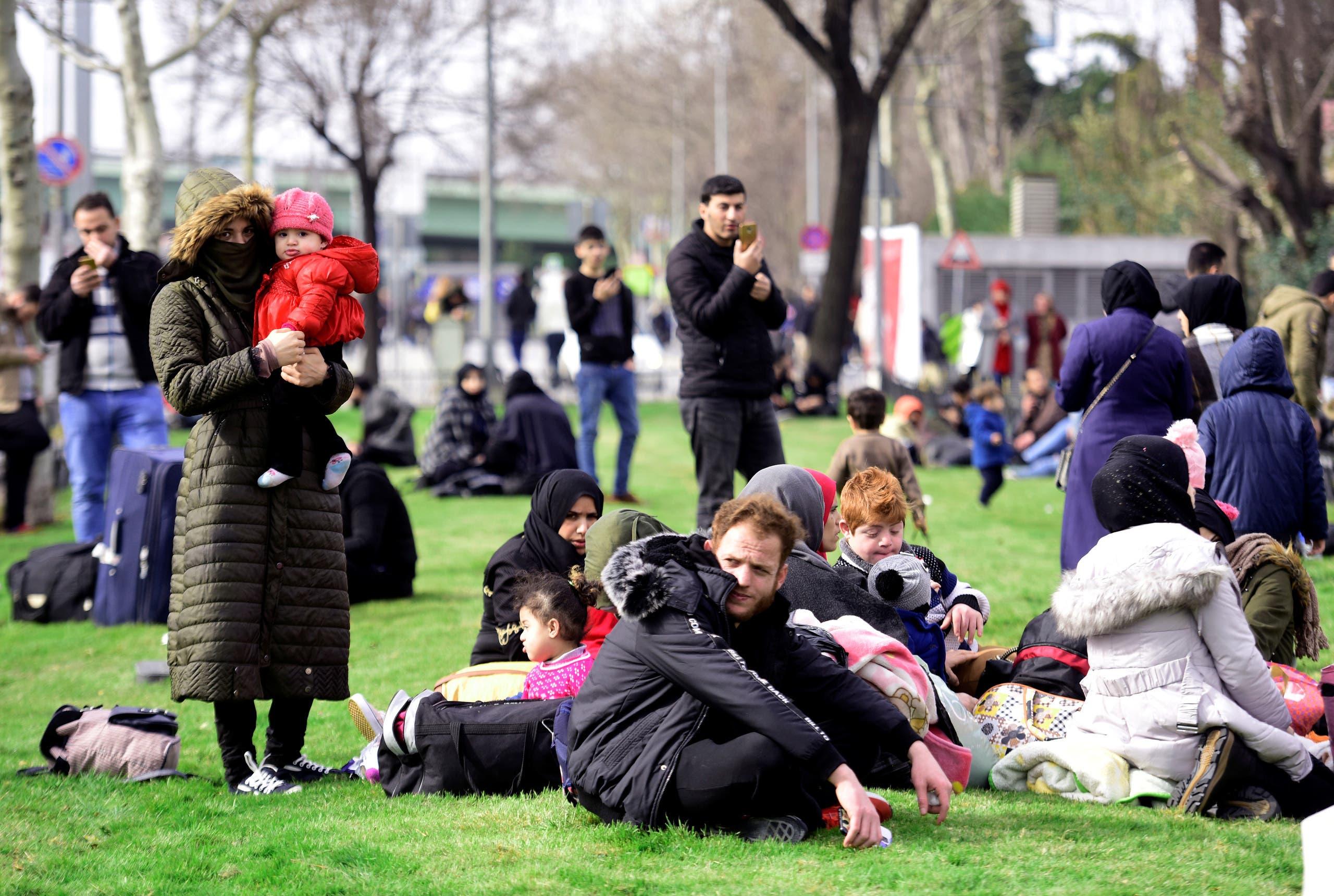 مهاجرون في اسطنبول ينتظرون الباص الذي سيأخذهم إلى الحدود التريكية اليوناينة