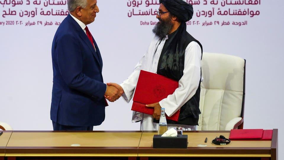 رئيس وفد طالبان والموفد الأميركي زلماي خليل زاد في الدوحة (رويترز)