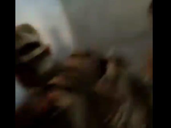 انتقاماً لقتلاهم.. أتراك يعتدون بالضرب على أسرى للنظام