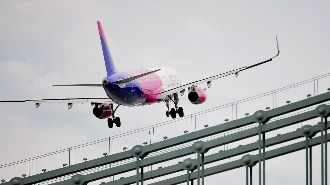 A Wizz Air Airbus A321 flies over the Danube River in Budapest on May 1, 2016. (File photo: AFP)