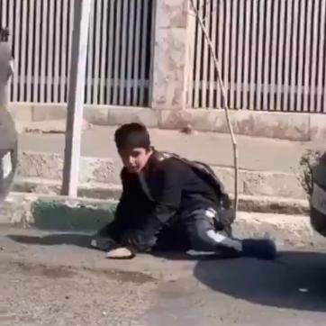 فيديو يدمي القلب.. طفل إيراني  طاله كورونا فانهارت قواه