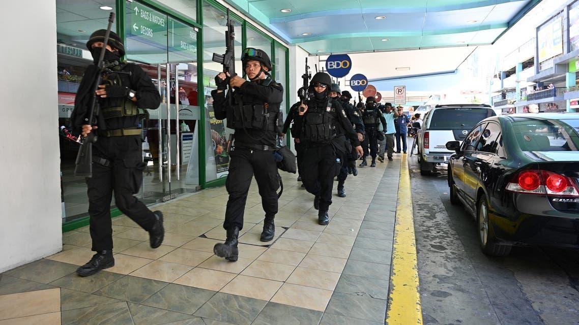عناصر من الشرطة الفلبينية في محيط أحد المراكز التجارية في مانيلا (2 مارس- فرانس برس)