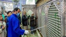 کرونا وائرس کو چیلنج، ایران میں مزارات کو بوسہ دینے اور چاٹنے کے ناقابل یقین مناظر
