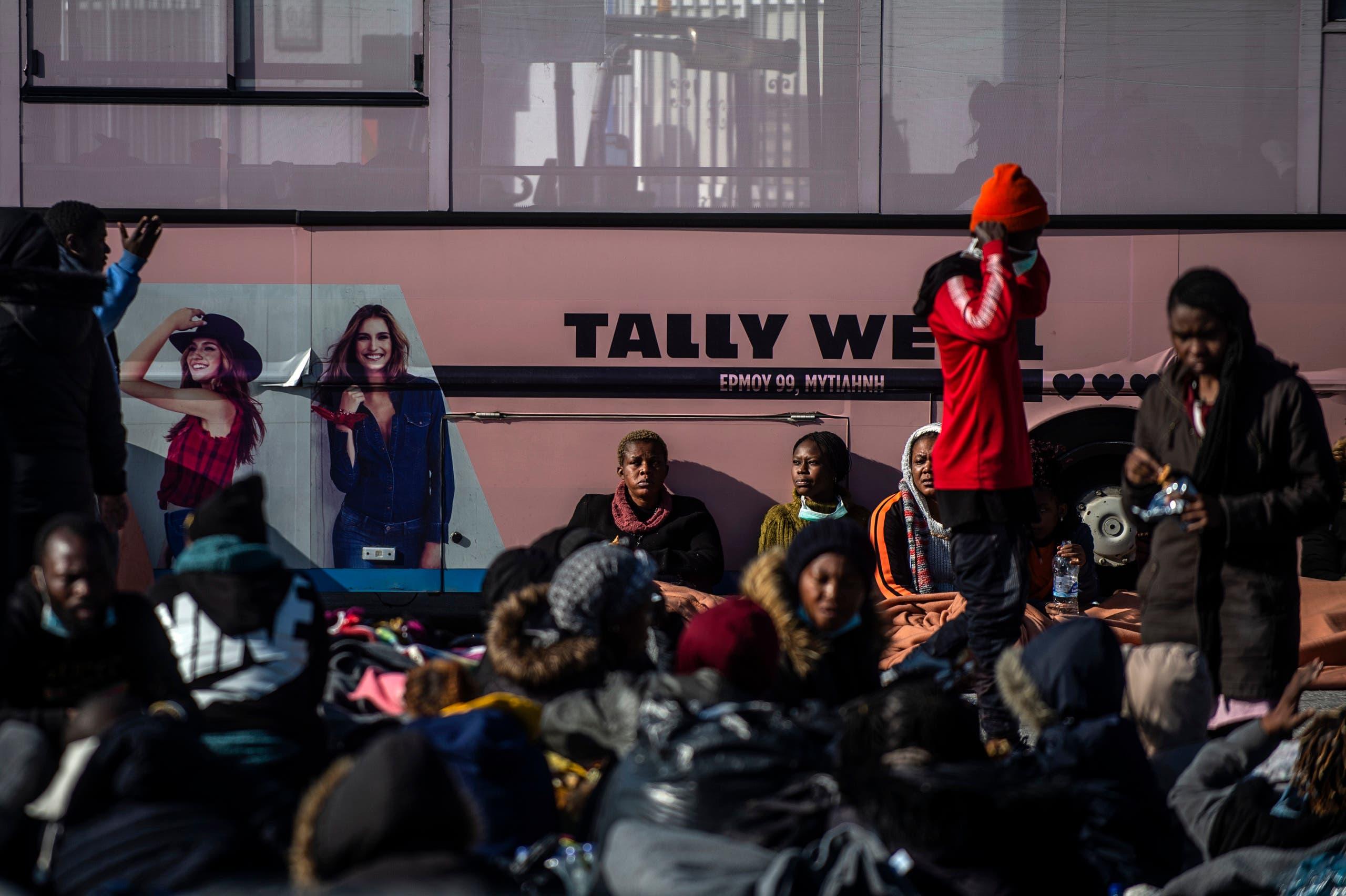 مهاجرون وصلوا إلى جزيرة ليسبوس اليونانية قادمين من تركيا بعد فتح الحدود أمامهم