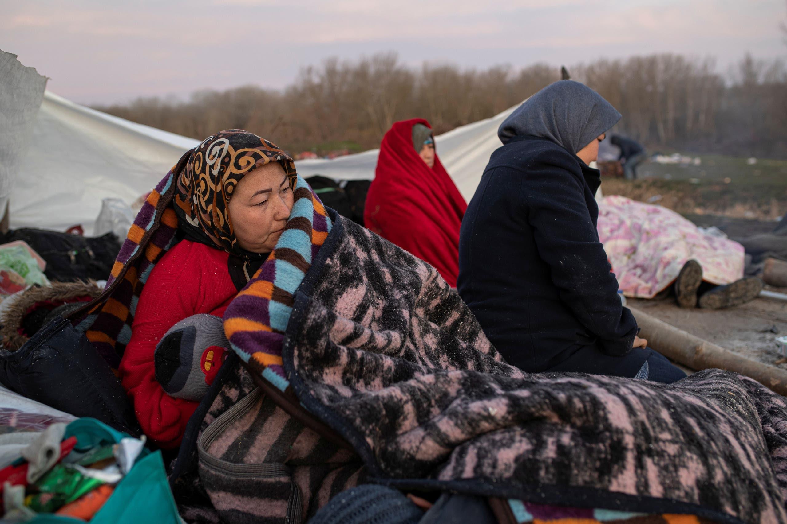 مهاجرون باتوا ليلتهم على الحدود التركية اليونانية