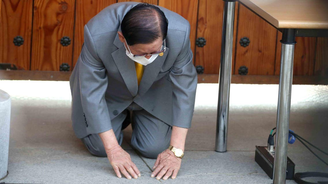 Lee Man-hee, leader of the Shincheonji Church of Jesus, bows during a press conference at a facility of the church in Gapyeong on March 2, 2020. (AFP)