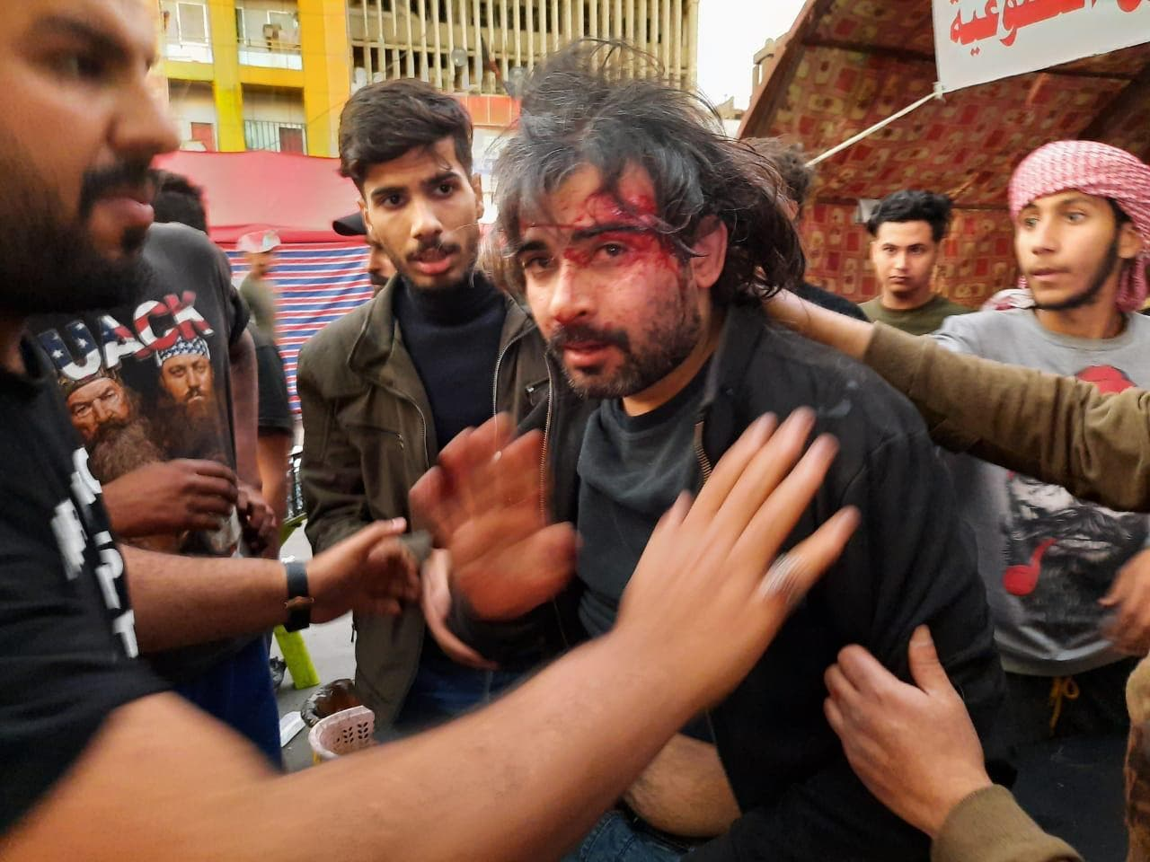 الناشط العراقي حسين رحم غارقاً في دمه