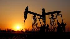 النفط يتخلى عن مكاسبه وسط مخاوف من تخمة المعروض