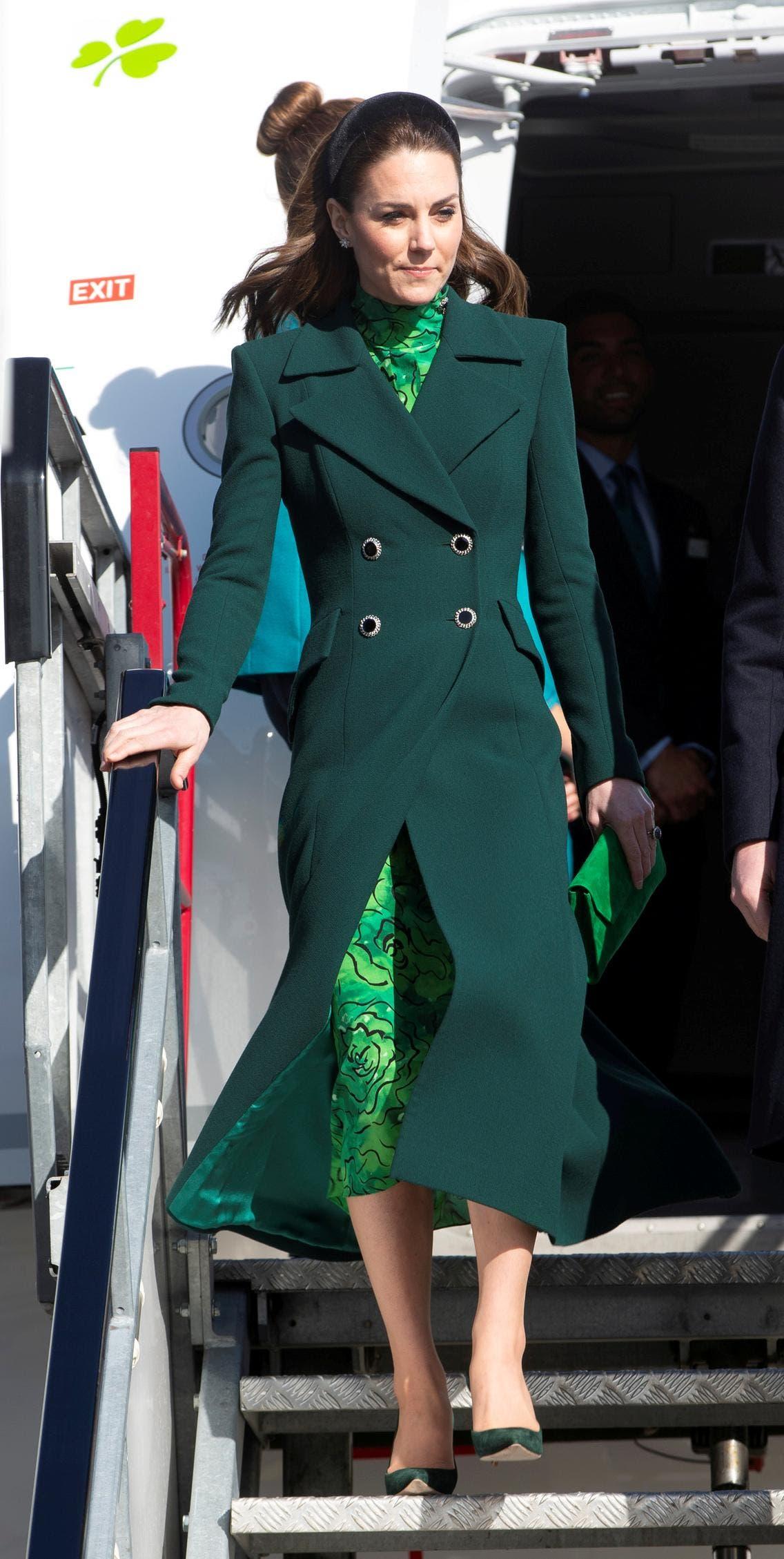 كايت بمعطف من مصممتها المفضلة كاترين والكر