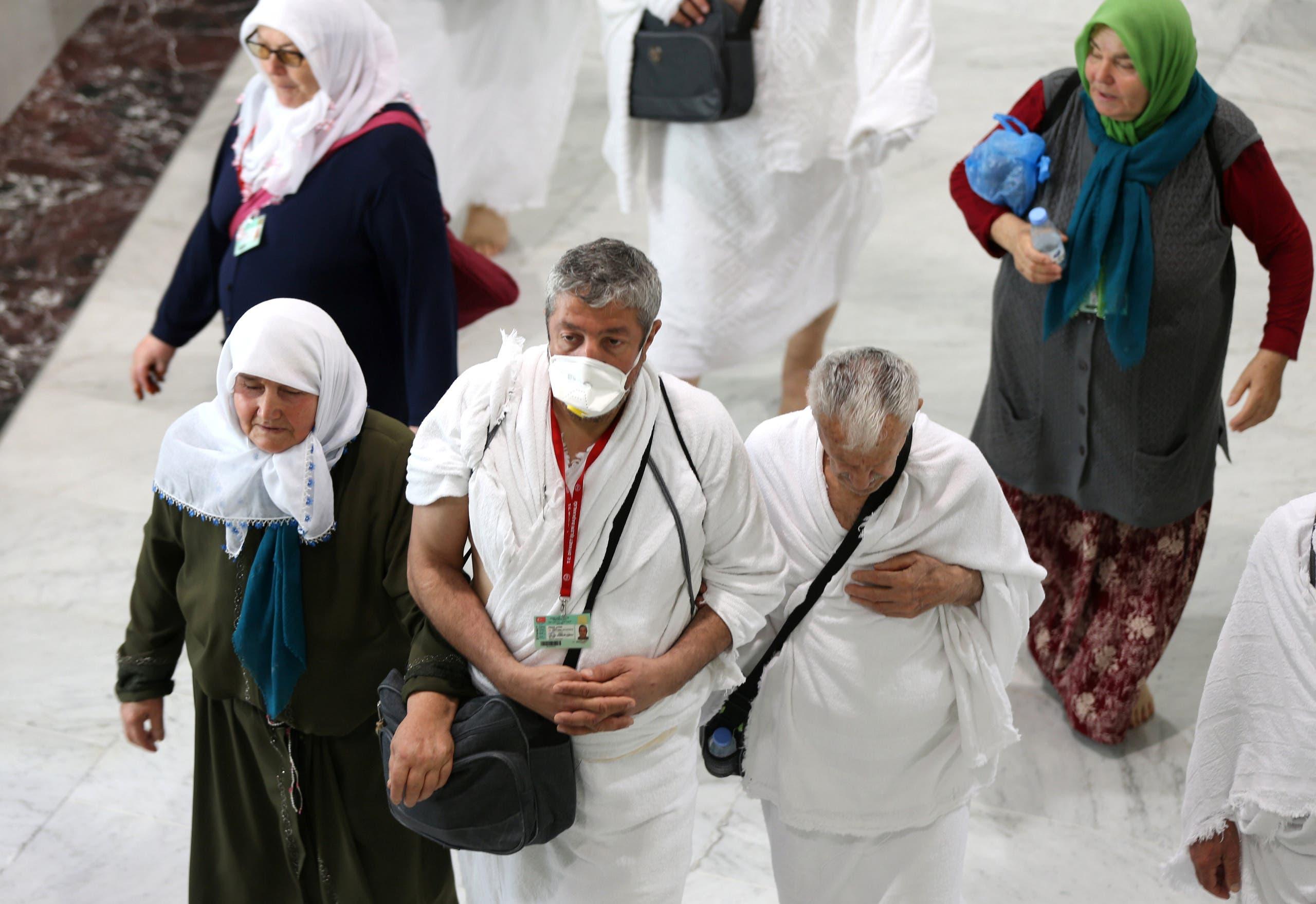 معتمرون في السعودية قبل قرار تعليق العمرة مؤقتا بسبب كورونا
