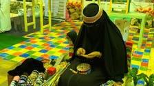 موتیوں کی رنگا رنگ مالائیں بنانے والی سعودی ہنرمند ام حسن سے ملیے