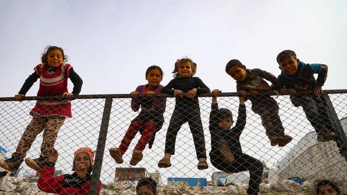 من مخيم قرب الحدود السورية التركية لنازحين من إدلب (فرانس برس)