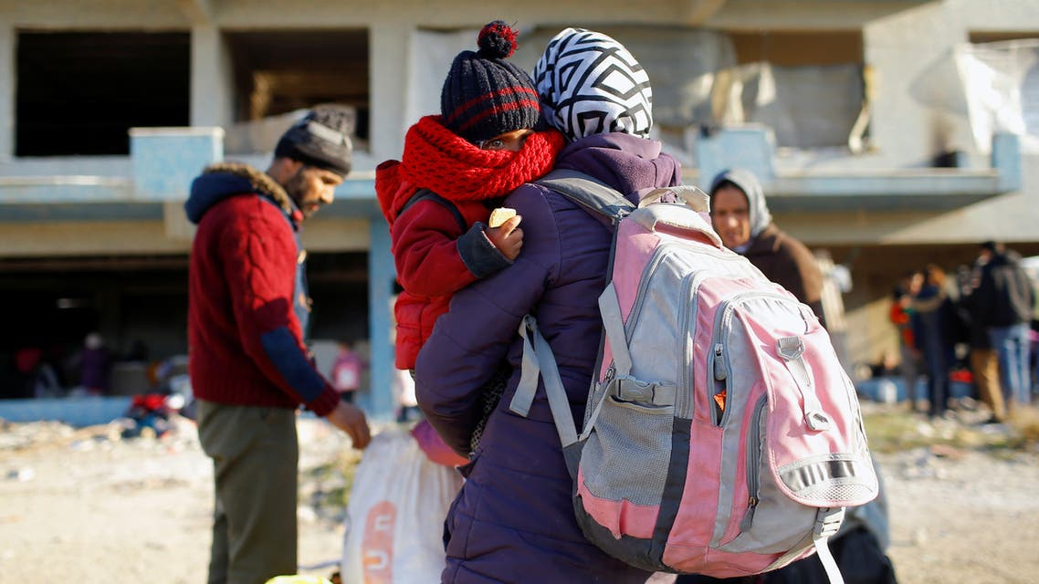 لاجئون سوريون على الحدود التركية اليونانية (رويترز)