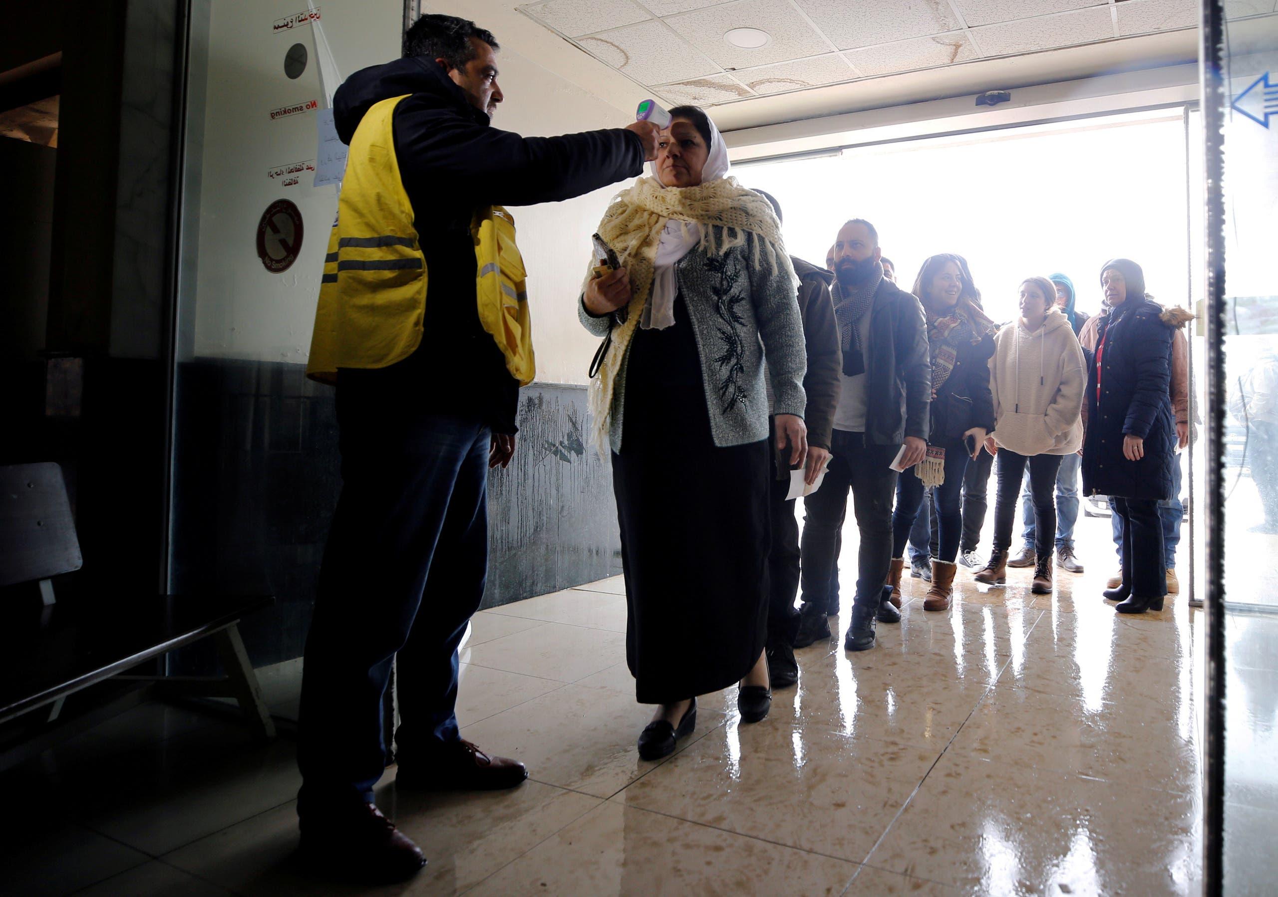 فحص المسافرين على معبر حدودي مع سوريا
