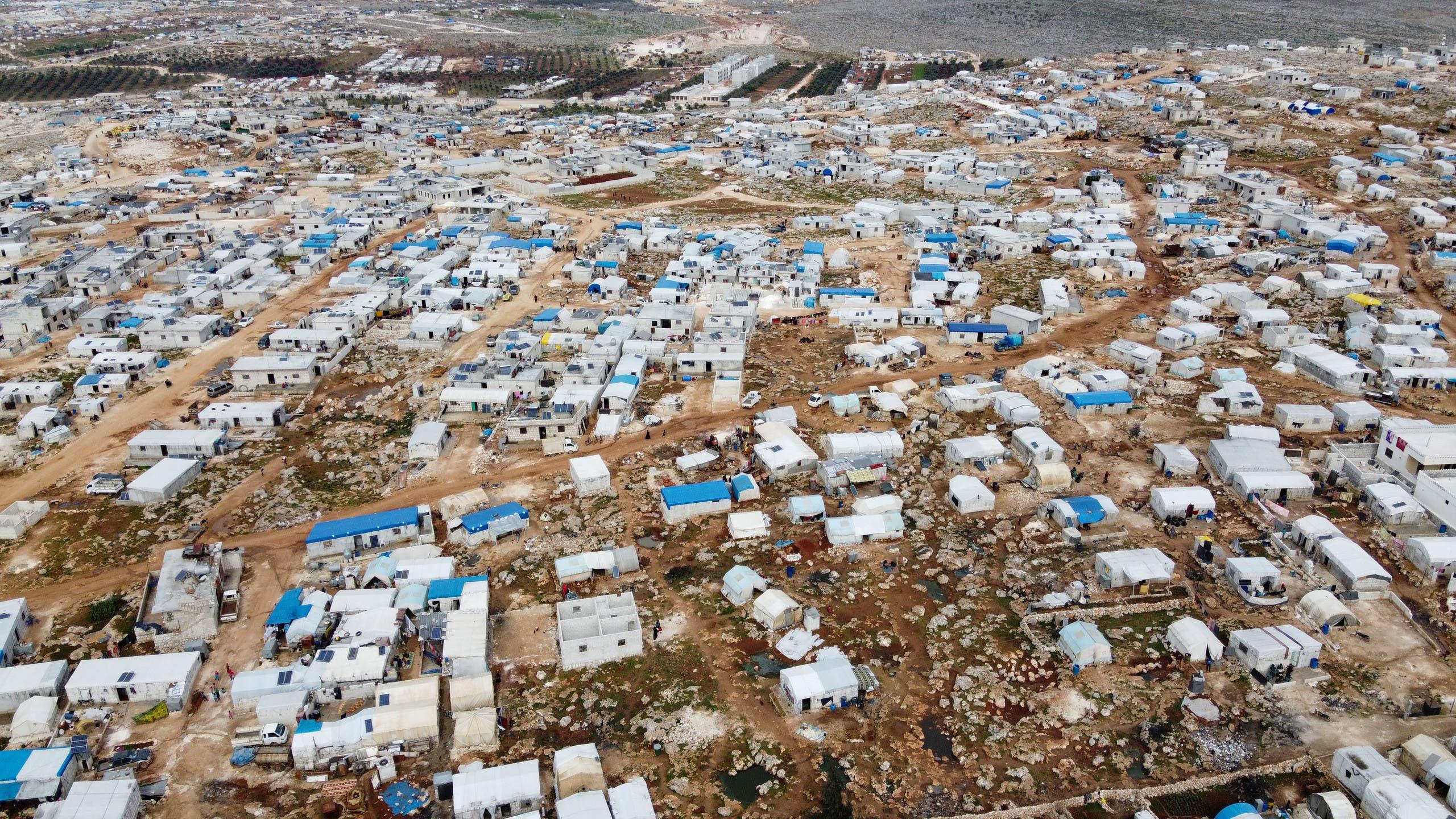 مخيم قرب الحدود السورية التركية لنازحين من إدلب (فرانس برس)