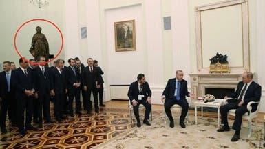 تمثال يسرق الأضواء.. مرافقو أردوغان تحت إمبراطورة روسية
