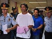 شاهد رونالدينيو مكبلاً في باراغواي.. والتهمة وثائق مزورة