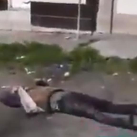 فيديو مروع.. إيراني مصاب سقط أرضا في الشارع ولا مغيث