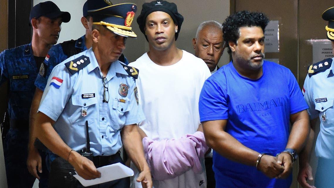 رونالدينيو وشقيقه مكبلان أمام محكمة في باراغواي