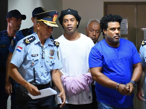 رونالدينيو أمام تهمة جديدة.. ويتحدى الشرطة في مباراة بالسجن