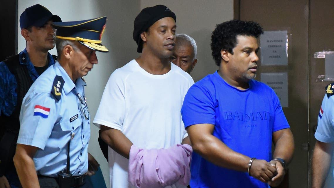 رونالدينيو وشقيقه مكبلان أمام محكمة في باراغواي 2