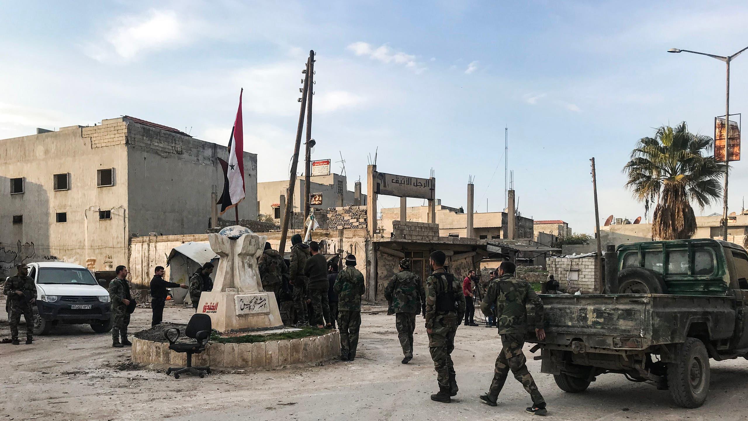 عناصر للنظام السوري في سراقب في إدلب (أرشيفية فرانس برس)