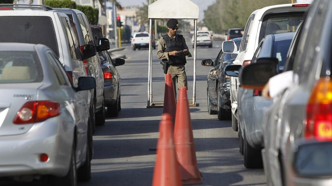 A Saudi police officer checks cars at a security checkpoint in Saudi Arabia's eastern Gulf coast town of Qatif November 25, 2011. (File photo: Reuters)