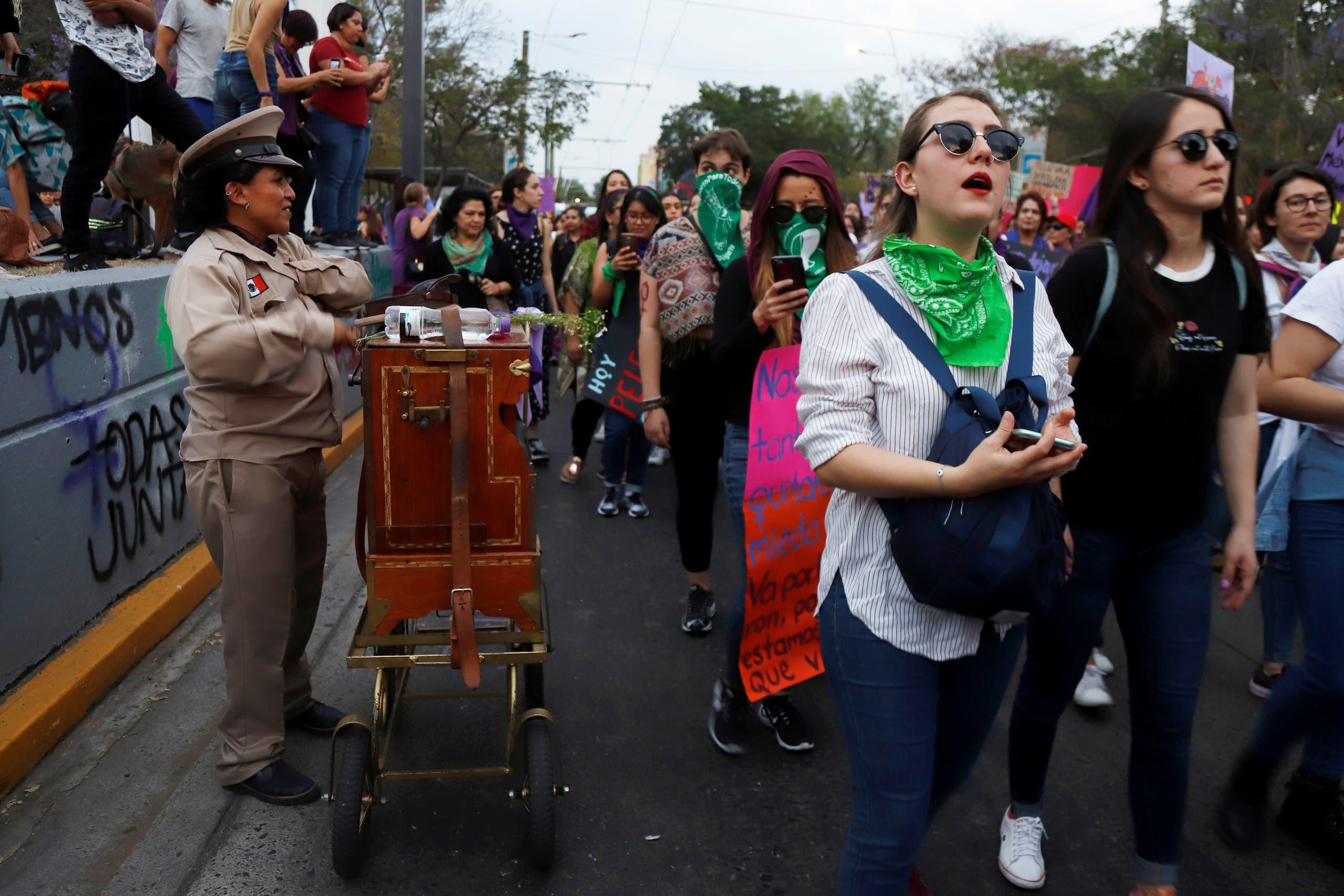 مسيرات نسائية بيوم المرأة العالمي