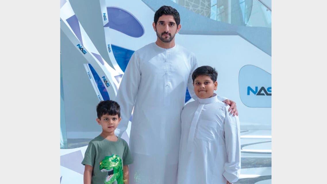 ولي عهد دبي مع الطفل الهندي وشقيقه الأصغر