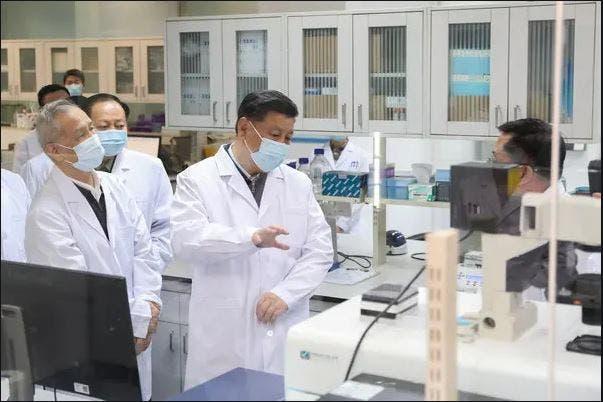 الرئيس الصيني خلال تفقده للمرافق الصحية في ووهان