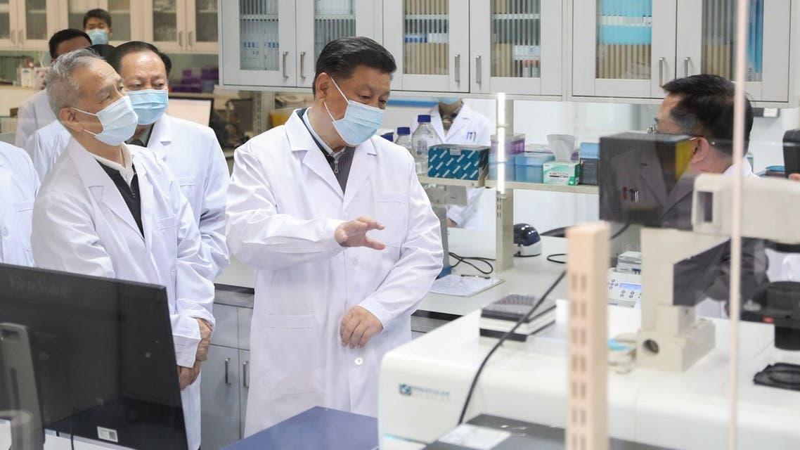 الرئيس الصيني يرتدي كمامة أثناء زيارة مرافق صحية في بكين