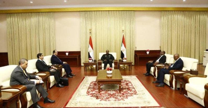 جانب من استقبال البرهان لعباس كامل (نقلا عن وسائل الإعلام المصرية)