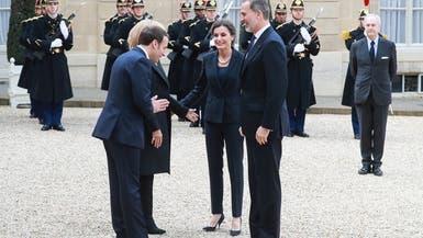 شاهد ماكرون يتجنب مصافحة ملك إسبانيا.. وقبلة في الهواء