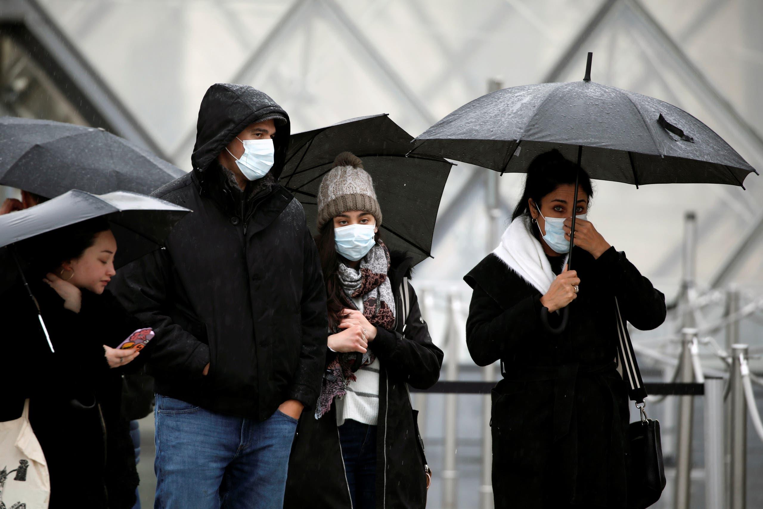 أشخاص يضعون كمامات للوقاية من خطر الإصابة بفيروس كورونا في باريس يوم الثاني من مارس