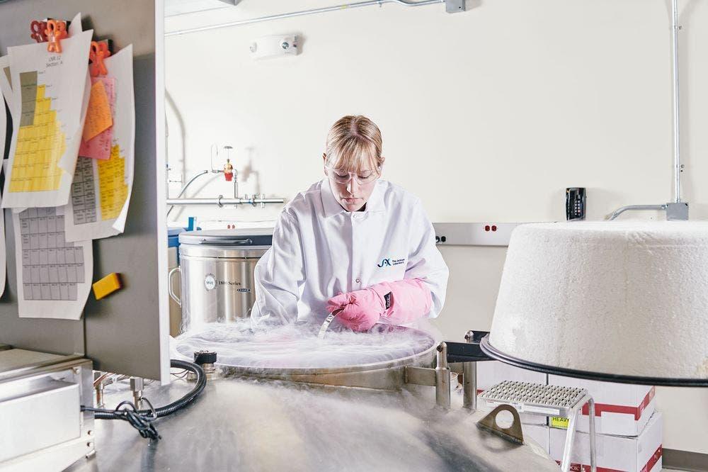 اجراء التجارب داخل مختبر جاكسون