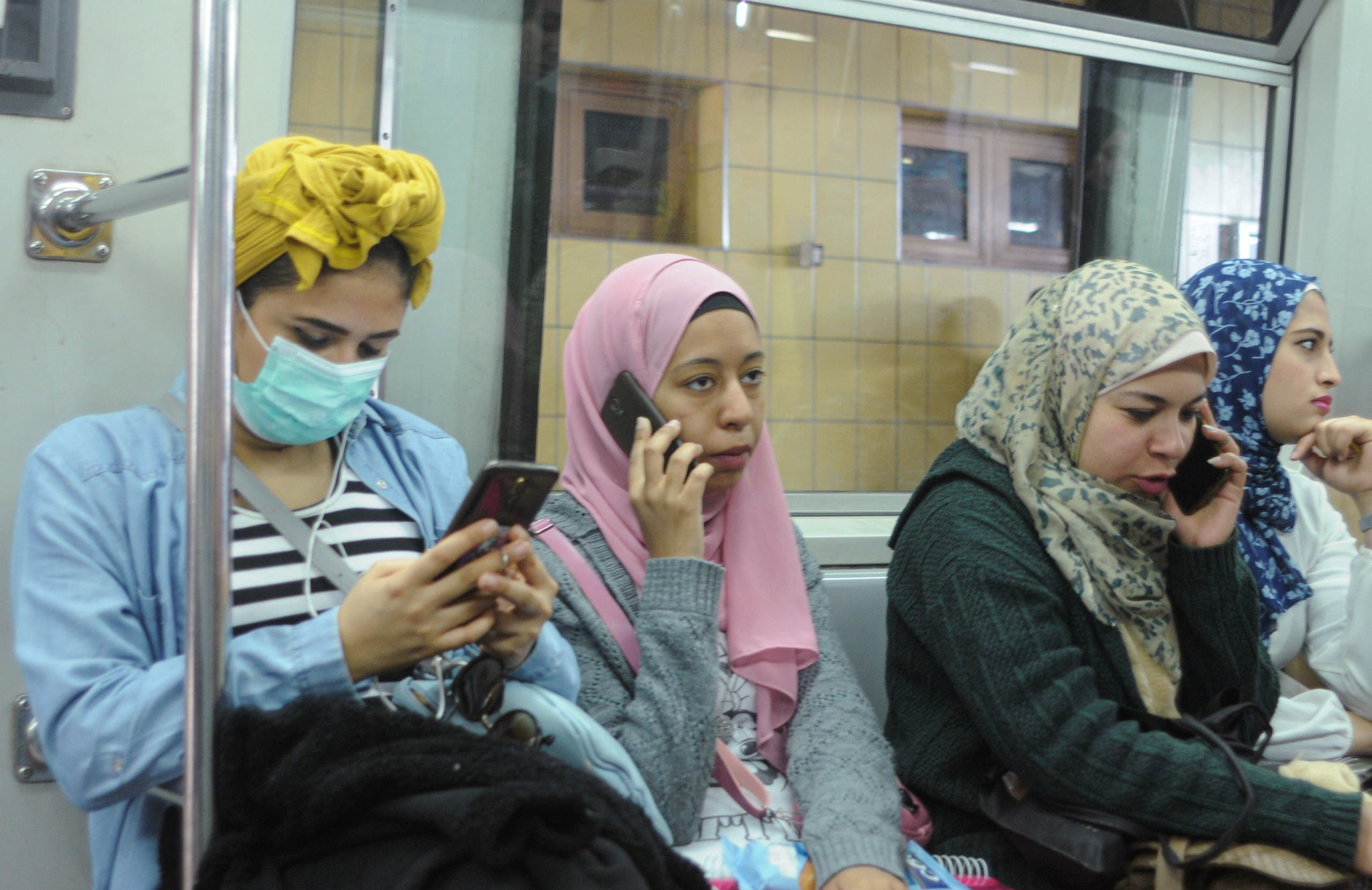 من داخل عربة لمترو الأنفاق في القاهرة