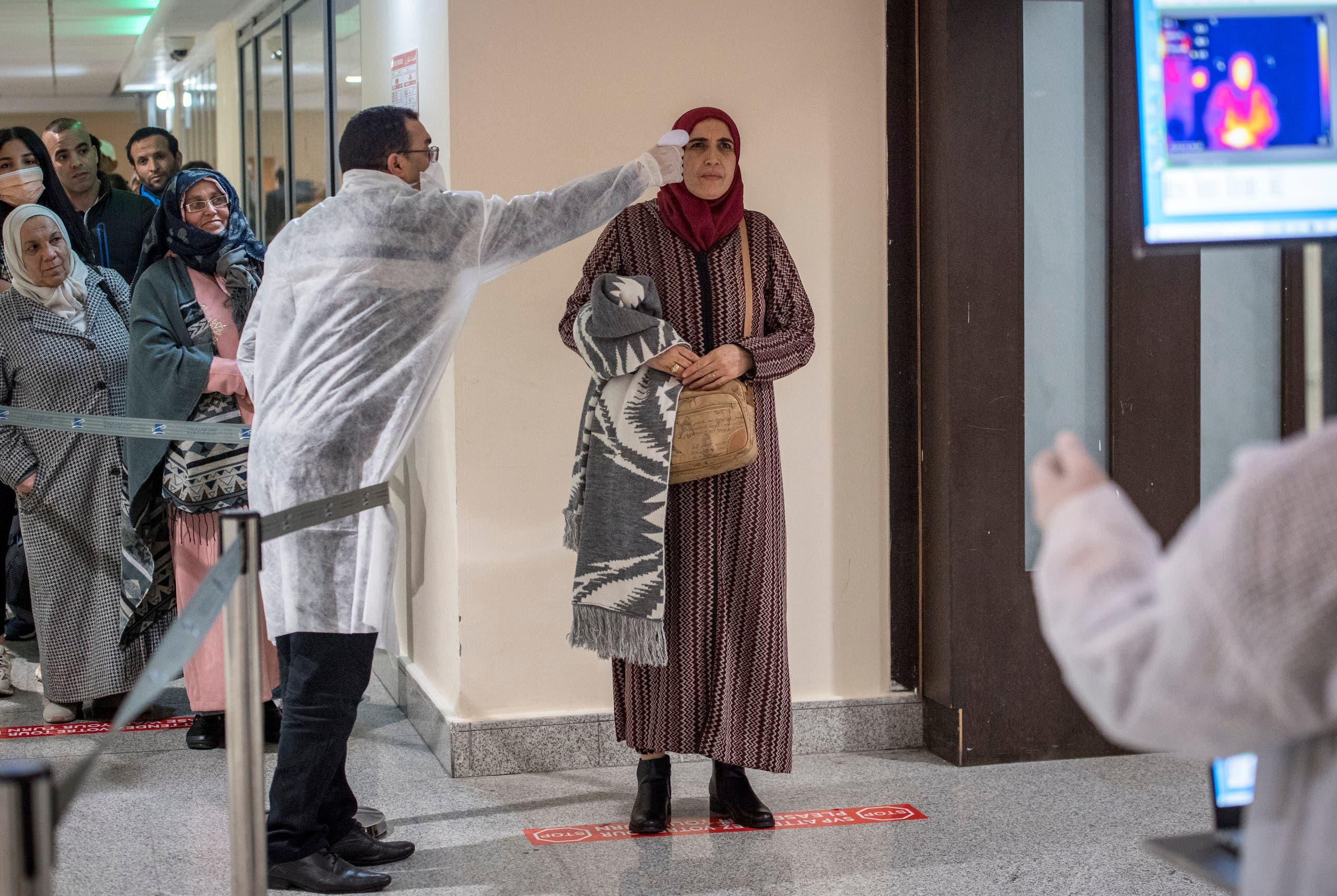 فحص المسافرين القادمين إلى مطار الدار البيضاء