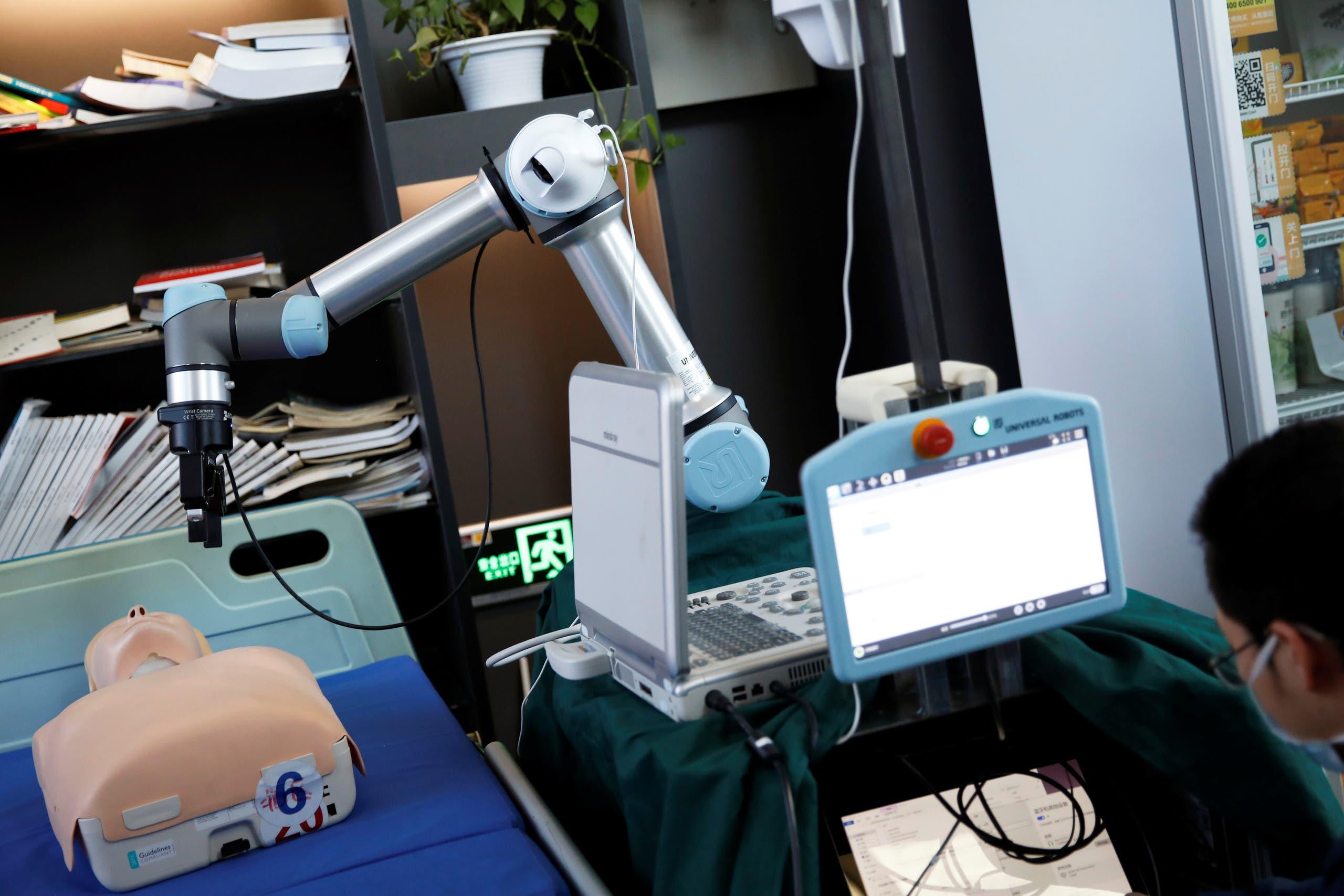 استخدام الروبوت في الكشف على المصابين بفيروس كورونا